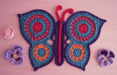 ☀CQ I love this butterfly! No pattern but I get it! Circle motifs stitched together and then a row of sc around to make the points. WoW! ¯\_(ツ)_/¯