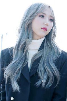 Moonbyul Kpop Girl Groups, Korean Girl Groups, Kpop Girls, Cara Delevingne, Demi Lovato, Silver Blue Hair, Pelo Color Azul, Kpop Hair, Mamamoo Moonbyul