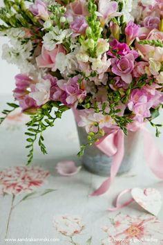 Very Pretty floral arrangement with Snapdragons and Freesias. Estilo Floral, Arte Floral, Fresh Flowers, Beautiful Flowers, Jolie Photo, Bouquets, Floral Arrangements, Wedding Flowers, Floral Wreath