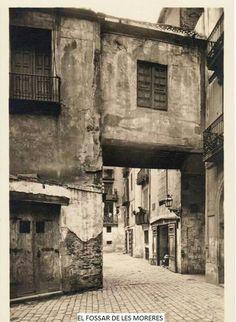 El Fossar de les Moreres es una plaza de la ciudad de Barcelona construída sobre la fosa común perteneciente a la adyacente basílica de Santa María del Mar. Integra los elementos conmemorativos a los caídos durante el asedio de Barcelona de 1714, en el marco de la Guerra de Sucesión Española...