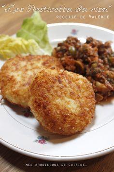 Pasticettu Ingrédients pour 4 personnes : Pour 9 à 10 galettes de riz :  250g de riz rond 150g de gruyère râpé 2 œufs de l'huile de friture Farine Pour la sauce: 300g de bœuf haché 2 petits oignons 4 gousses d'ail 3càs d'huile d'olive 1/2 bouquet de persil ciselé finement 70g de concentré de tomates 1 boite de tomates concassées 2 poignées d'olives vertes 25cl de vin blanc sec 1 feuille de laurier 300g de champignons sel et poivre