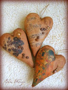 Dyeing recipe for these hearts: 2 teaspoons instant coffee, a pinch of cinnamon, 2 teaspoons cocoa - stir and pour boiling water (or hot water) - 100 ml, and then, stirring constantly, even in the hot mixture add about 2 teaspoons of PVA glue. Stir to dissolve the glue.