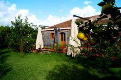 Ehemaliger #Bauernhof am Fuße des #Etna, liebevoll umgebaut in ein rutsikales #Urlaubsdomizil mit #Pool kleinem Restaurant.