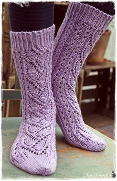 Tässä (kauan sitten) lupaamani ohje Syreeni-sukkiin.   Kevätkiireet ovat olleet niin totaaliset, että ohjeen tekeminen on aina vaan lykkä...
