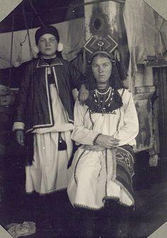 Девушка и молодуха (молодая замужняя женщина) в традиционных праздничных костюмах, 1927 г.-Мокша