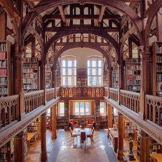 Gladstone's bibliotheek, UK, werd in 1894 opgericht door William Gladstone . Hij wilde zijn persoonlijke bibliotheek graag met anderen delen, vooral met degenen die met financiële beperkingen te maken hadden. Library Room, Dream Library, Beautiful Architecture, Beautiful Buildings, Old Libraries, Bookstores, Home Design, Library Bookshelves, Library Architecture