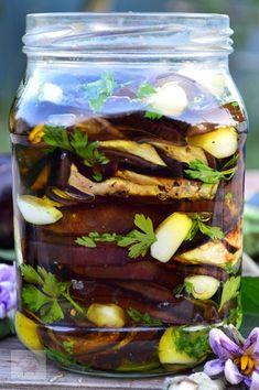 Vinete in ulei de masline - CAIETUL CU RETETE Pickles, Cucumber, Vegan, Canning, Food, Education, Preserves, Essen, Meals