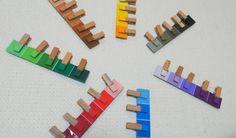 色を塗った木製ピンチを、紙の色と合わせる(各色濃淡あり)