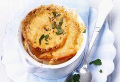 Pour faire cette recette de soupe à l'oignon, il vous faudra : Des oignons, un bouillon de volaille, de la farine, du Comté, du beurre et du vin blanc (facultatif).