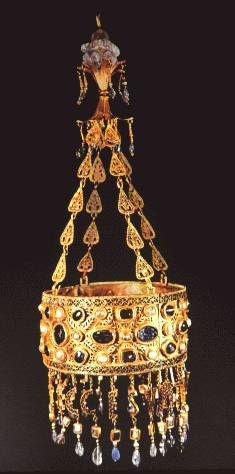 Corona de Recesvinto: Los Visigodos no realizan obras grandes de arquitectura ni de artes pero si realizan obras impresionantes de joyería como esta corona.