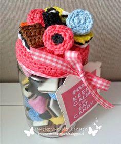 Tineke's kaartenhoekje: Feestvarken en opkikkertjes Crochet Box, Crochet Gifts, Crochet Dolls, Crochet Jar Covers, November Crafts, Baby Food Jars, Christmas Crochet Patterns, Diy Bottle, Jar Lids