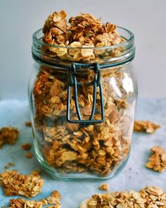 This vegan & gluten-free toasted coconut tahini granola is super crunchy and tasty! It contains very little oil and sugar, and is low-FODMAP friendly! Breakfast Basket, Vegan Breakfast, Fodmap Meal Plan, Healthy Granola Bars, Food Hub, Veggie Dinner, Tofu Scramble, Fodmap Recipes, Toasted Coconut