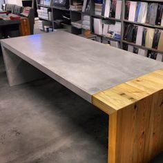 Tafel in gecombineerde uitvoering van beton en hout waardoor het strakke design een industrieel en natuurlijk karakter heeft gekregen.