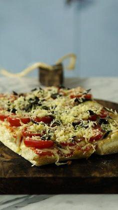 Não tem ideia do que fazer para o jantar? Essa pizza no pão ciabatta vai te salvar!