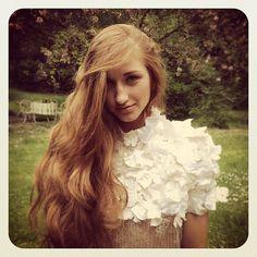 Brocéliande au beau milieu d'un jardin fleuri avec Lasma ;) #instantanésdecollection #shooting #etiennejeanson #couture