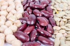 A hüvelyesek jó rost- és fehérjeforrások, miközben komplex szénhidrátokban, antioxidánsokban és ásványi anyagokban is gazdagok. Érdemes kipróbálni a csicseriborsót, a vörösbabot és a lencsét köretként, levesekben vagy akár vega pörköltekben, így viszonylag alacsony kalóriatartalmú, de laktató ételekhez jutsz.                          A vörösbab 10 dekában 100, a csicseriborsó 396, a lencse pedig 353 kalóriát tartalmaz.
