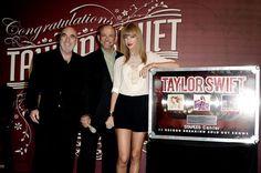 """ogró dar once conciertos """"sold out"""" de manera consecutiva en el Staples Center de Los Ángeles,"""