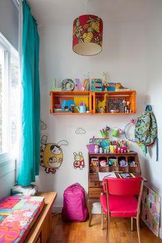 Ao alcance das mãos: 5 cantinhos de leitura incríveis para você se inspirar e estimular a imaginação das crianças. Colorful Furniture, Colorful Decor, Kids Bedroom, Bedroom Decor, Decor Logo, Living Room On A Budget, Kids Decor, Home Decor, Kitchen Layout