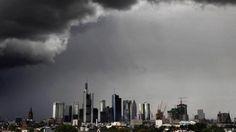 Dunkle Wolken hängen über der Skyline von Frankfurt