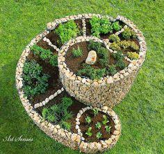 Спираловидна цветна или билкова градинка