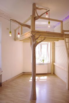 Hochbett <em>Mezzanine sur arbre sculpté</em>. Holz, 225 x 170 x 197 cm (Hochbett), 80 x 80 x 304 cm (Baumstamm)