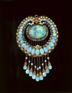 Louis Comfort Tiffany. Indian-style Pendant with Australian opals, topaz, chrysoberyl, gold, green andradite demantoid garnets, sapphires and pearls. 1915-1920,  American Museum of Natural History.