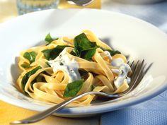 Blauschimmelkäse verleiht der Pasta eine würzige Note. Nudeln mit Spinat und Roquefort - smarter - Kalorien: 441 Kcal - Zeit: 30 Min. | eatsmarter.de