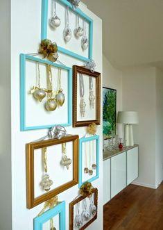 Me encanta esta decoración con marcos y bolas de navidad. #DecoracionNavidad