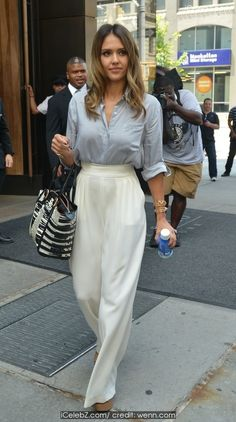 Jessica Alba leaving her hotel in Manhattan photo gallery Young Fashion, Sweet Fashion, Hollywood Fashion, Sweet Style, Jessica Alba, Celebs, Celebrities, White Pants, Casual Chic