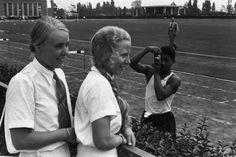 """Erinnerungsfoto: Zwei junge Frauen vom """"Olympischen Ehrendienst"""" posieren auf dem """"Reichssportfeld"""". Berlin, 1936. o.p."""