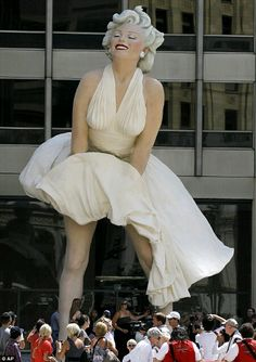 Marilyn Monroe Statue in downtown Chicago :)
