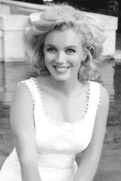 One of the most natural and beautiful pictures of Marilyn Monroe - and one I've never seen before. Hollywood back in the day.Famous People, Actors Actresses and Musicians Marylin Monroe, Fotos Marilyn Monroe, Marilyn Monroe Style, Divas, Pretty People, Beautiful People, Beautiful Women, Beautiful Pictures, Beautiful Smile