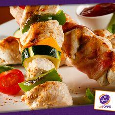 Pinchos de Pollo acompañados con salsa de tomate
