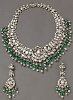Victorian style Emerald Hanging Necklace from Bhuramal Rajmal Surana Jaipur Talwar Jewellers Royal Jewelry, India Jewelry, Emerald Jewelry, Jewelry Sets, Gold Jewelry, Fine Jewelry, Diamond Jewelry, Bridal Jewellery Inspiration, Hanging Necklaces