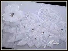 Convite branco com flor.