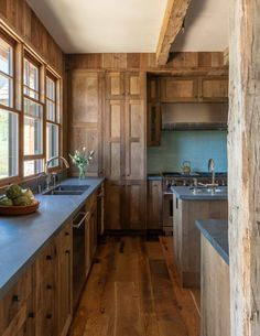Rustic & Warm reclaimed wood kitchen by ! Photo Rustic & Warm reclaimed wood kitchen by ! Reclaimed Wood Kitchen, Property Design, Home Trends, Hacks, Wood Trim, Minimalist Kitchen, Wood Cabinets, Home Interior, Wood Interior Design