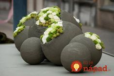 How to make amazing diy decorations with cement and water How you can make wonderful garden ornaments from simple things? A question to find the answer through these beautiful ideas. We start this article by telling you that we enjoy, and not only … Concrete Crafts, Concrete Art, Concrete Projects, Concrete Garden, Concrete Furniture, Diy Outdoor Furniture, Polished Concrete, Garden Furniture, Outdoor Decor