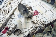 This Guy Spent 4 Years Making a Flawless Millennium Falcon Out of Paper Maquette Star Wars, Millennium Falcon Model, Nave Star Wars, Sf Movies, Sci Fi Models, Star Wars Models, Star Wars Ships, Star Destroyer, Movie Props