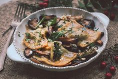 Ραβιόλι με ρικότα, σπανάκι και μανιτάρια σιτάκε   Funky Cook Japchae, Ricotta, Pizza, Ethnic Recipes, Food, Essen, Meals, Yemek, Eten