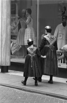 vintage everyday: 100 Interesting Vintage Photos of Women Pictured From Behind Over Last Century Vintage Photographs, Vintage Photos, Folk Costume, Costumes, Netherlands Country, Light Dress, Photos Of Women, Traditional Dresses, One Fine Day