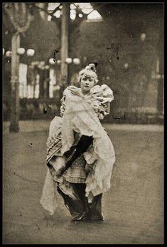 La Goulue, reine de Montmartre, danceuse du Moulin Rouge, in many Lautrec's works, credited with inventing the Can-Can Moulin Rouge Paris, Le Moulin, Vintage Photographs, Vintage Images, Cabaret, Seductive Dance, Henri De Toulouse Lautrec, Vintage Burlesque, Women In History