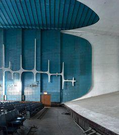 Neelam Theater Cinema Architecture, Colour Architecture, Modern Architecture House, Futuristic Architecture, Modern Houses, Historical Architecture, Le Corbusier Chandigarh, Villa Savoye, Pierre Jeanneret
