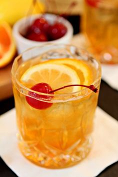 The Old Fashioned – A Classic Cocktail Enjoying a Comeback! - The Old Fashioned – A Classic Cocktail Enjoying a Comeback! Winter Cocktails, Easy Cocktails, Classic Cocktails, Fun Drinks, Yummy Drinks, Cocktail Recipes, Cocktail Videos, Old Fashioned Drink, Old Fashioned Recipes