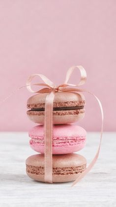 chocolate and strawberry macaroons All credits go to who ever first uploaded this pic Macaroon Wallpaper, Cupcakes Wallpaper, Food Wallpaper, Iphone Wallpaper, Iphone Backgrounds, Macarons Rosa, Pink Macaroons, Strawberry Macaroons, Blackberry Syrup