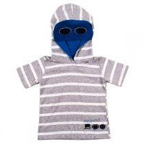 CAMISETA INFANTIL MASCARADA BLUE Camiseta infantil de manga curta e capuz com máscara azul para os pequenos brincarem e se divertirem com muito conforto e estilo.