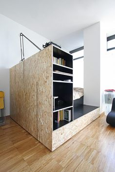 small living Spectatulararch - Francesca Perani und Sandra Marchesi // IN LIEBE IN OSB // Wohnung in Home Interior Design, Interior Architecture, Interior Decorating, Interior Ideas, Osb Plywood, Tiny Spaces, Cool Apartments, Studio Apartment, Interiores Design