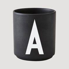 Typografien på koppene fra Design Letters er laget av den kjente arkitekten og designeren Arne Jacobsen. Koppene kan stables. Tåler oppvaskmaskin.