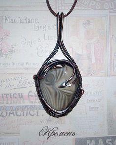 Кулон с кремнем выполнен из патинированной меди в технике wire wrap. Flint pendant made of patinated copper in wire wrap technique.