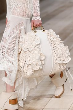 Borse moda Primavera Estate modelli must have - Pagina 2 Fashion 2020, Runway Fashion, Runway Shoes, Spring Bags, Gucci Dress, Crochet Purses, Knitted Bags, Fashion Bags, Versace