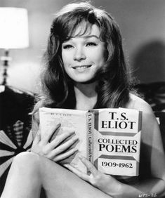 Shirley MacLaine reading T. Eliot in Woman Times Seven. People Reading, Woman Reading, Celebrities Reading, Katharine Ross, Sweet Charity, Shirley Maclaine, Terms Of Endearment, Cinema, Lectures